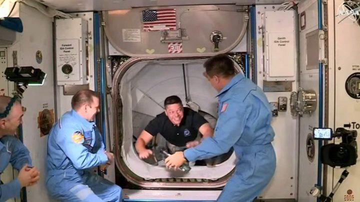 Астронавты сCrew Dragon сошли наборт МКС— видео