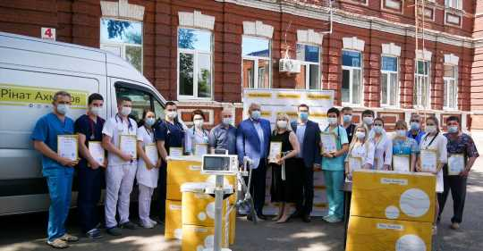 Фонд Рината Ахметова передал государственным больницам большую партию суперсовременных аппаратов ИВЛ