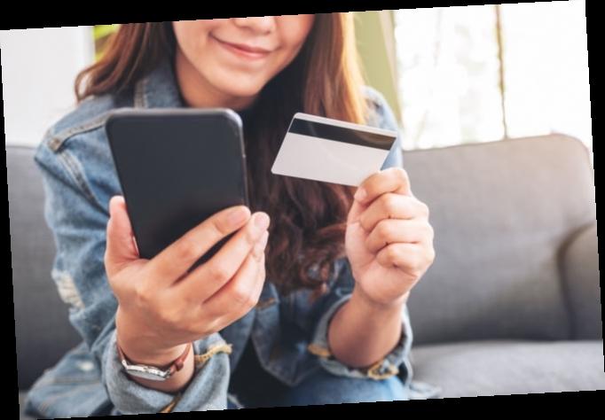 Украинцы стали чаще платить в магазинах по безналу: траты на продукты взлетели почти на 50%