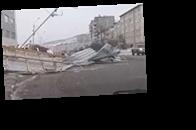 В Магадане ветер сносит крыши и сдувает пешеходов