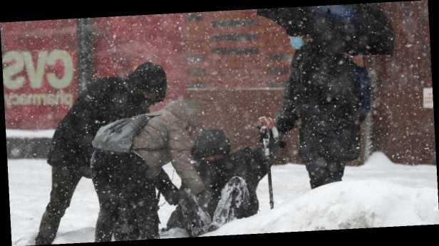 Снежный шторм в США: люди жгут заборы и умирают от отравления газом (фото)