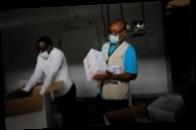 Президент Ганы первым в мире получил COVID-прививку в рамках COVAX