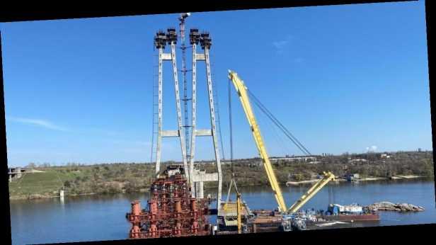 На Запорожском мосту установили первую вантовую секцию по программе Зеленского »Большая стройка»