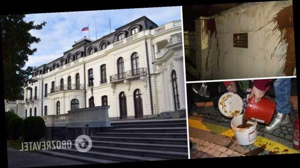 В Чехии облили кетчупом стену посольства России. Фото и видео