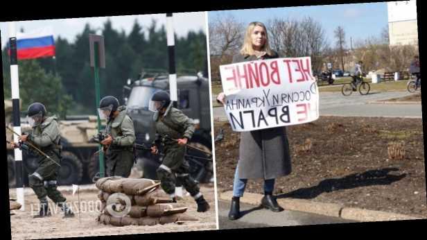 В России учительница вышла на улицу с плакатом против войны на Донбассе. Фото