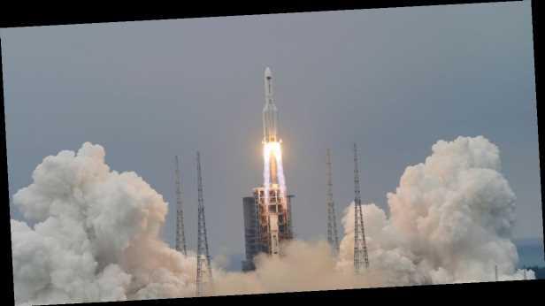 В сети показали, как падают обломки китайской ракеты. Видео