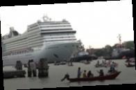 В Венеции протестуют против круизных лайнеров