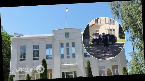 На Харьковщине мэру отомстили за грязный город и »украсили» авто мусором. Видео