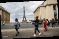 Франция предоставит гражданство 12 тысячам людей, помогавшим бороться с COVID