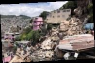 В Мексике скала обрушилась на жилые дома